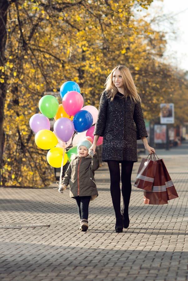 Shoppingfamiljbegrepp arkivfoto
