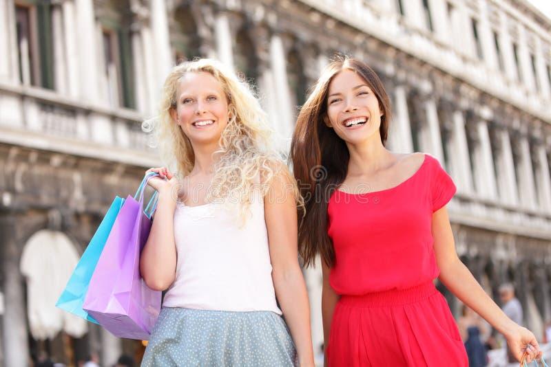 Shoppingflickor - två kvinnashoppare i Venedig royaltyfri fotografi