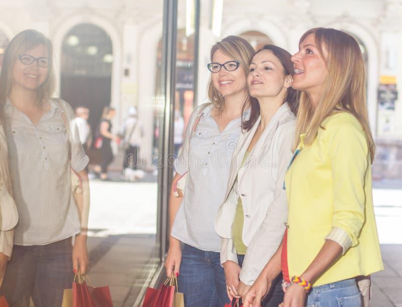 Shoppingflickvänner arkivbild