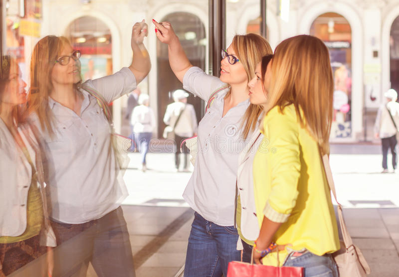 Shoppingflickvänner royaltyfria bilder