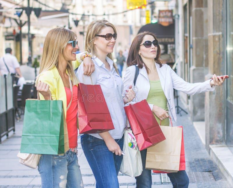 Shoppingflickvänner royaltyfria foton