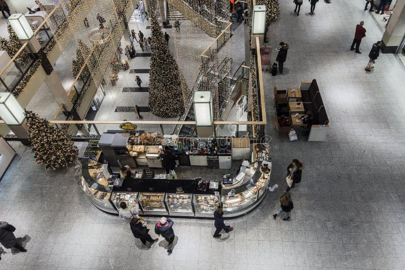 Shoppinggalleri på jultid fotografering för bildbyråer