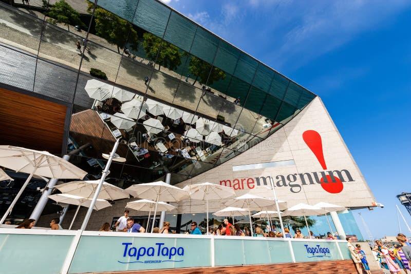Shoppinggalleria Maremagnum - Barcelona Spanien royaltyfria foton