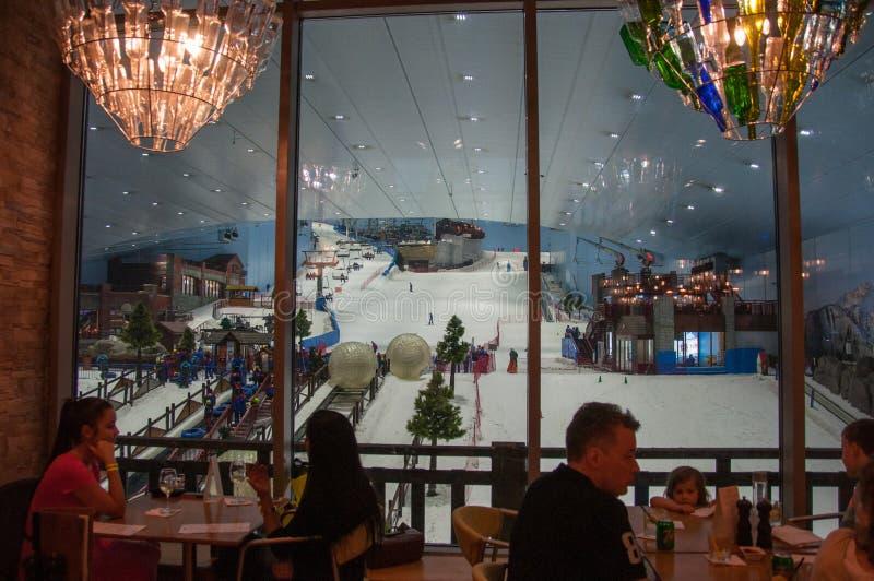 Shoppinggallerian med skidar stationen, Dubai, UAE fotografering för bildbyråer