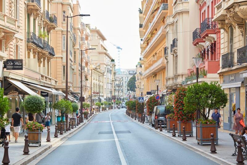 Shoppinggata i en sommarmorgon, folk som går i Monte - carlo, Monaco fotografering för bildbyråer
