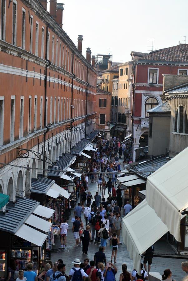 Shoppinggränd i Venedig Italien royaltyfri bild