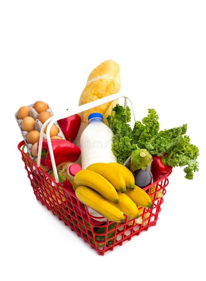 Shoppingkorg mycket av nytt färgrikt livsmedel arkivbild