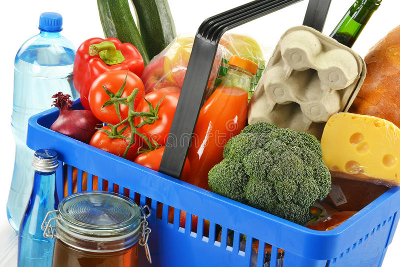 Shoppingkorg och livsmedel som isoleras på white royaltyfria foton