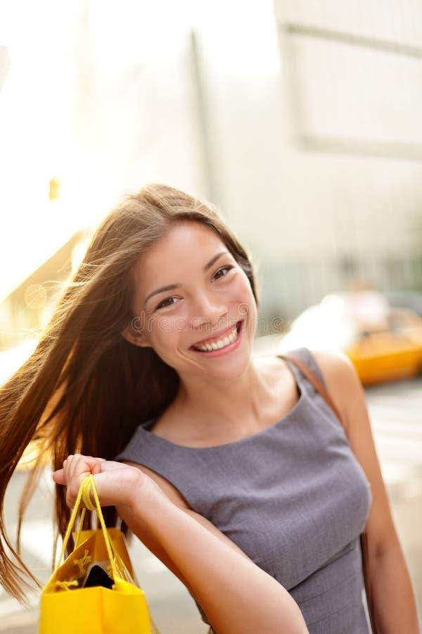 Shoppingkvinna i New York City fotografering för bildbyråer