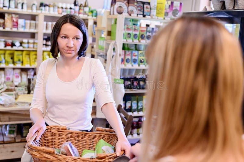 Shoppingkvinna som betalar på kontrollen royaltyfria foton