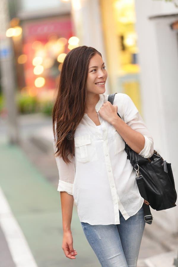Shoppingkvinna som går i den Harajuku gatan, Tokyo royaltyfri bild