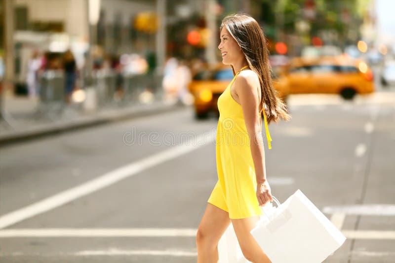 Shoppingkvinna som går utanför i New York City royaltyfria bilder