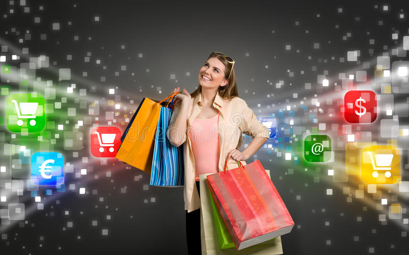 Shoppingkvinna som omges av symboler av e-komrets royaltyfria foton