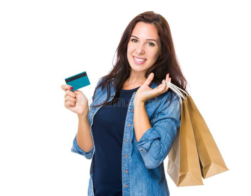 Shoppingkvinnahåll med den shoppingpåsen och kreditkorten arkivbilder