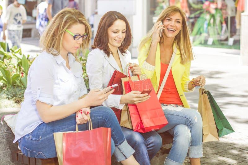 Shoppingkvinnligvänner fotografering för bildbyråer