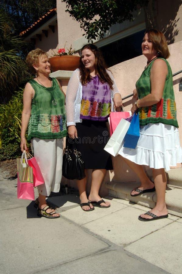 shoppingkvinnor royaltyfri bild
