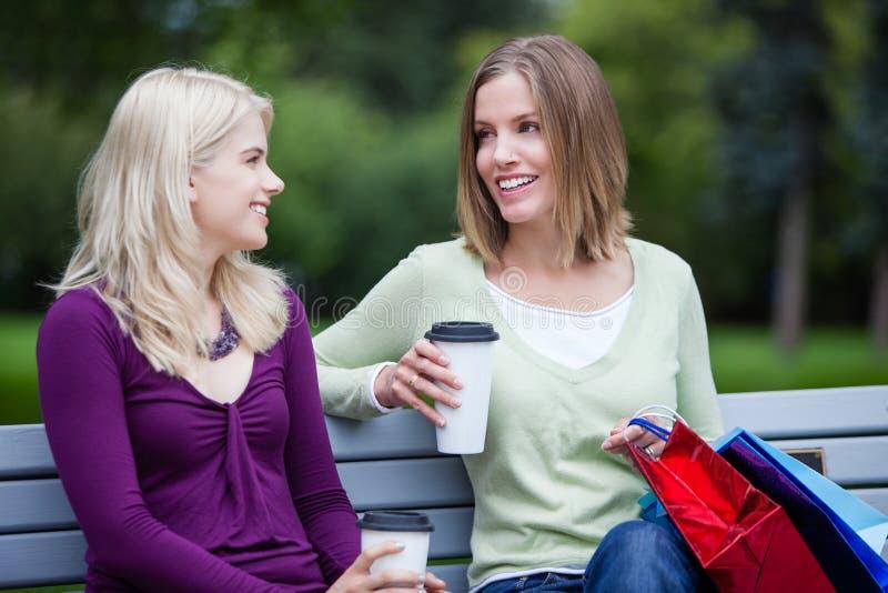 Shoppingkvinnor med Takeaway kaffe royaltyfri foto