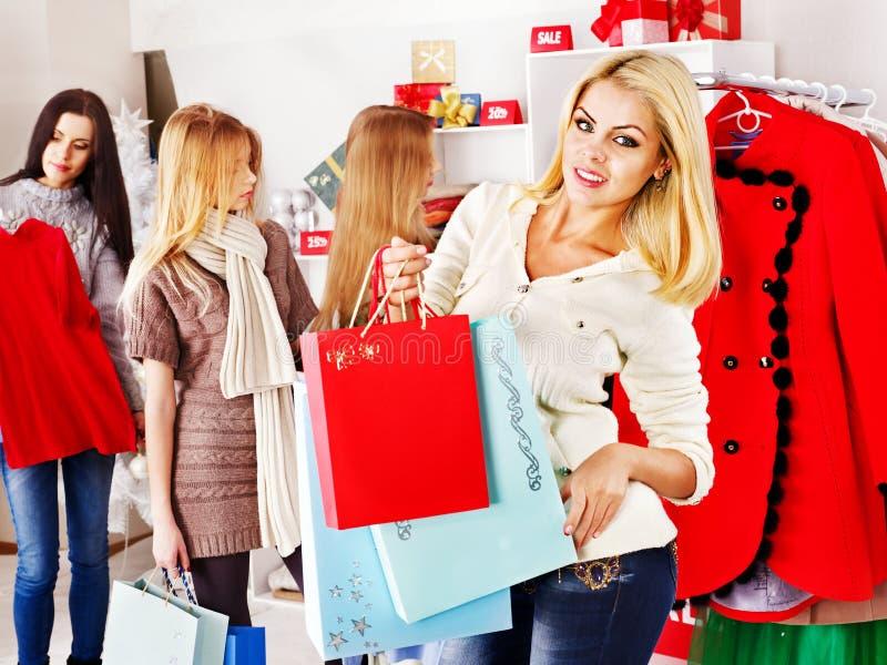 Shoppingkvinnor på julförsäljningar. royaltyfri fotografi