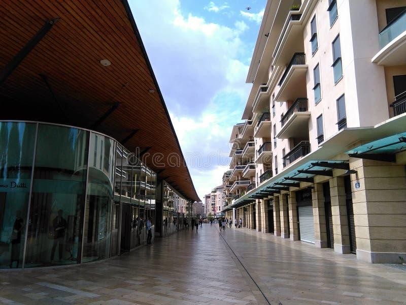 Shoppingmitt i Aix en Provence royaltyfri foto