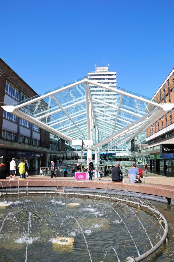 Shoppingmitt och springbrunn, Coventry royaltyfri foto