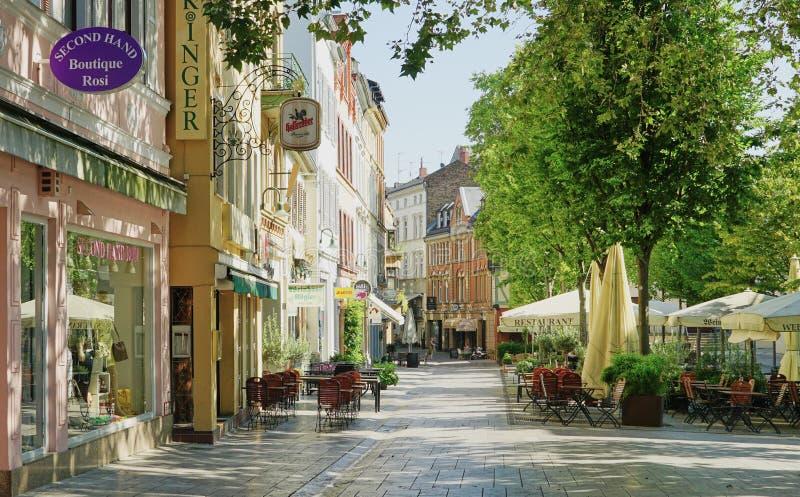 Shoppingomr?de i Wiesbaden, Tyskland arkivfoto