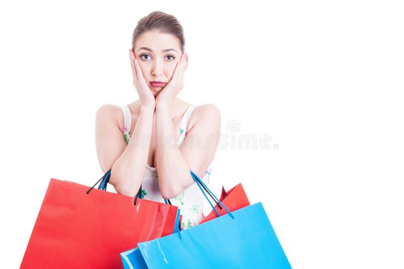 Shoppingpåsar och känsla för kvinna oroade hållande eller rätt royaltyfri fotografi