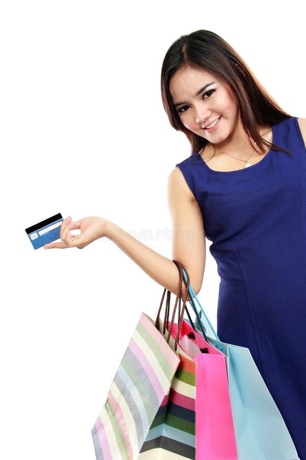Shoppingpåsar och kreditkort för härlig kvinna hållande royaltyfri bild