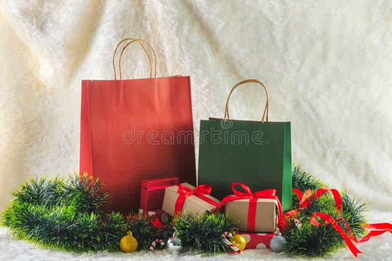 Shoppingpåse och gåvaaskar royaltyfri fotografi