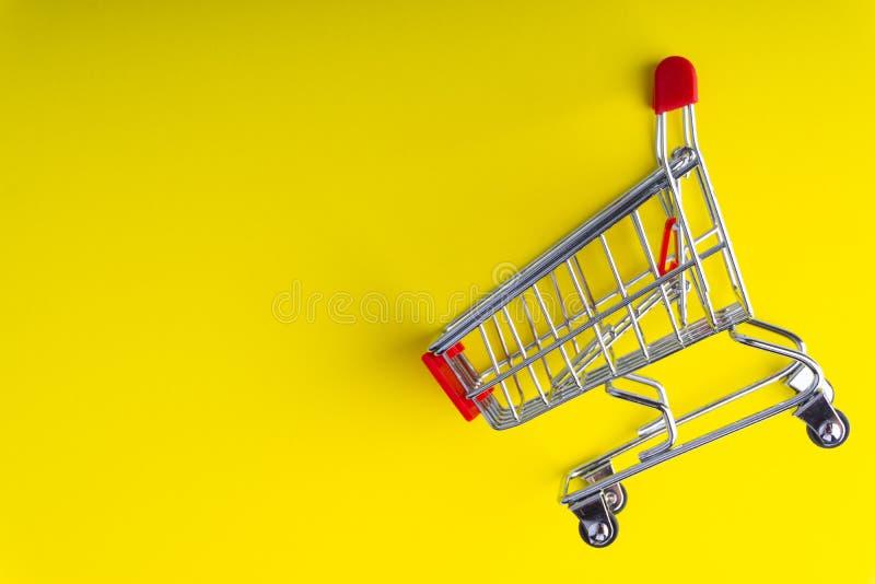 Shoppingspårvagn på färgrik bakgrund vektor illustrationer