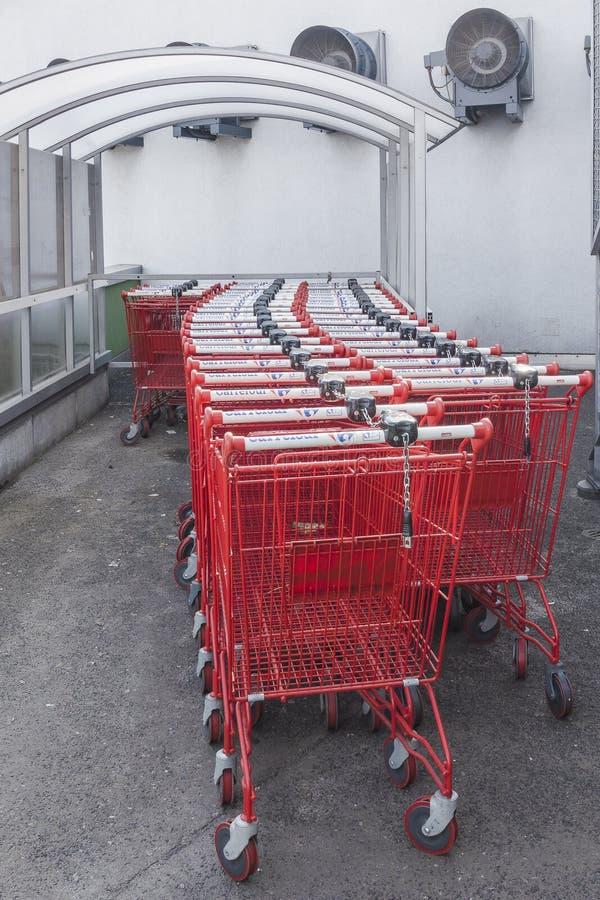 Shoppingspårvagnar arkivbild