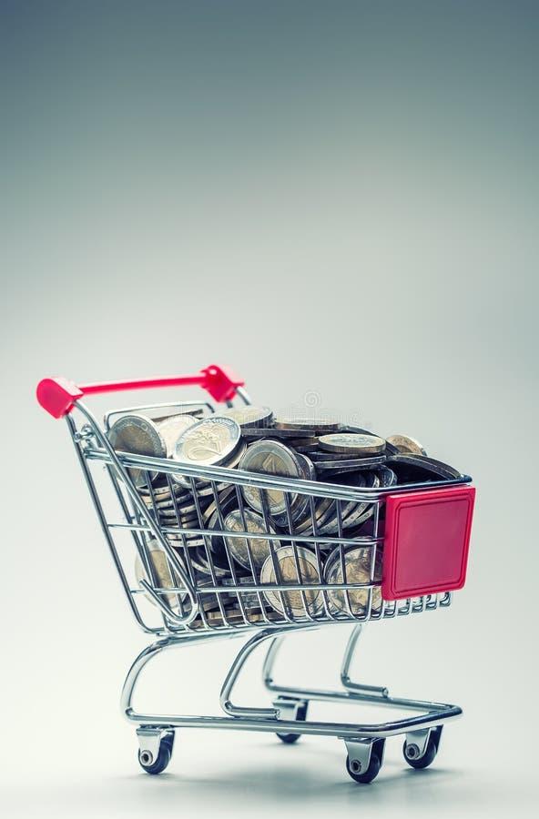 shoppingtrolley vagn frambragd shopping för bild 3d Shoppingspårvagn mycket av europengar - mynt - valuta Symboliskt exempel av a royaltyfria bilder