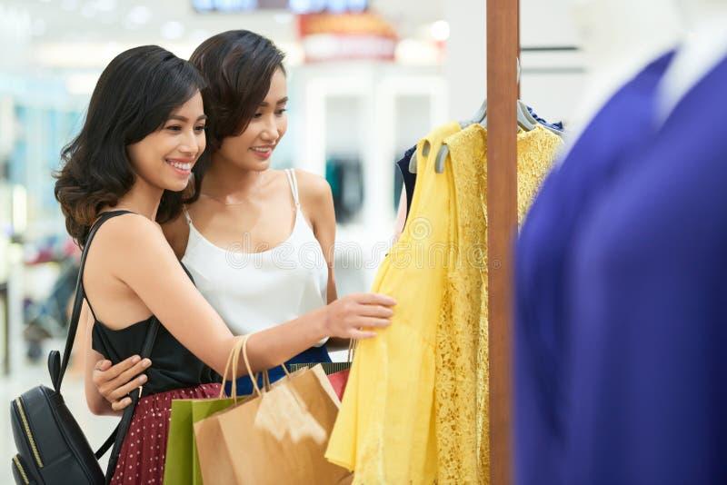 Shoppingvänner royaltyfria foton