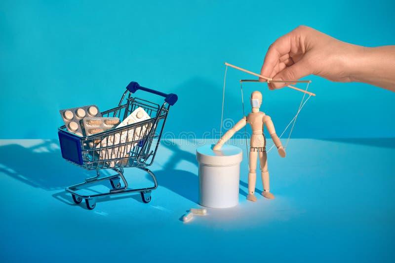 Shoppingvagn full med läkemedel - värdelös mot influensa och Covid-19 men mycket dyr Beroende på läkemedelsbegreppet A arkivfoto