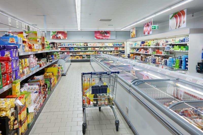 Shoppingvagn i en ALDI-supermarket arkivfoto
