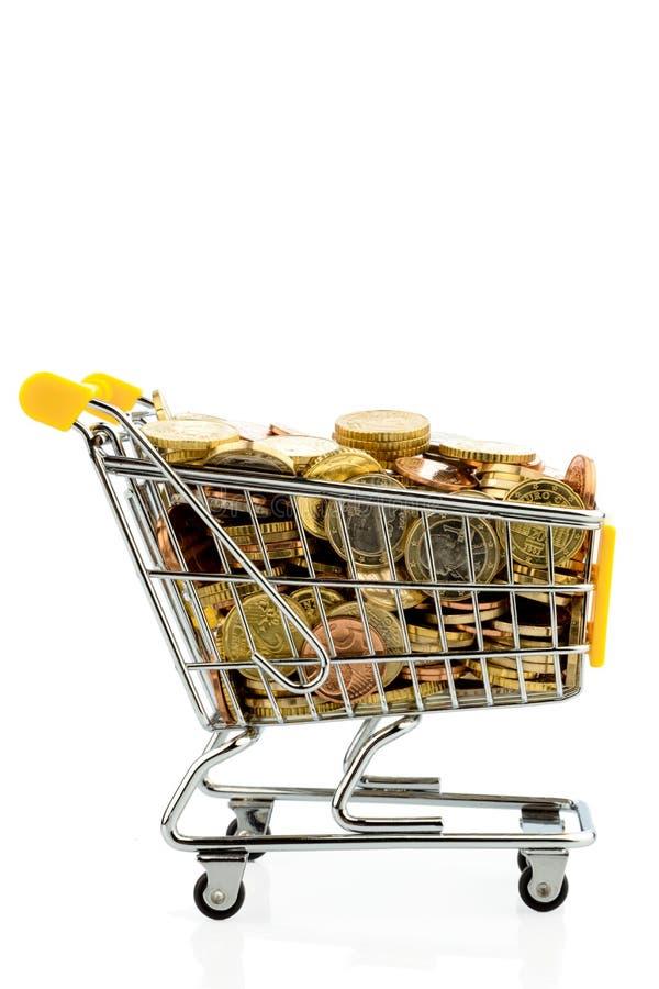 Shoppingvagn med euromynt arkivbild