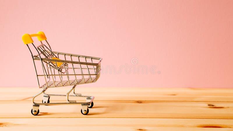 Shoppingvagn på tabellen arkivfoto