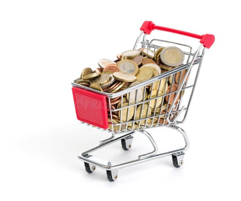 Shoppingvagn som fylls med euromynt arkivfoton