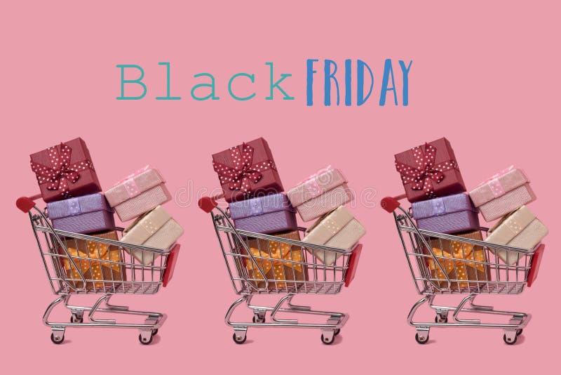 Shoppingvagnar som är fulla av gåvor och text svarta fredag royaltyfria bilder