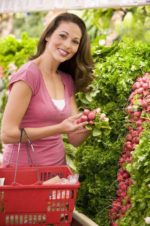 shoppping kvinna för produceavsnitt arkivbilder