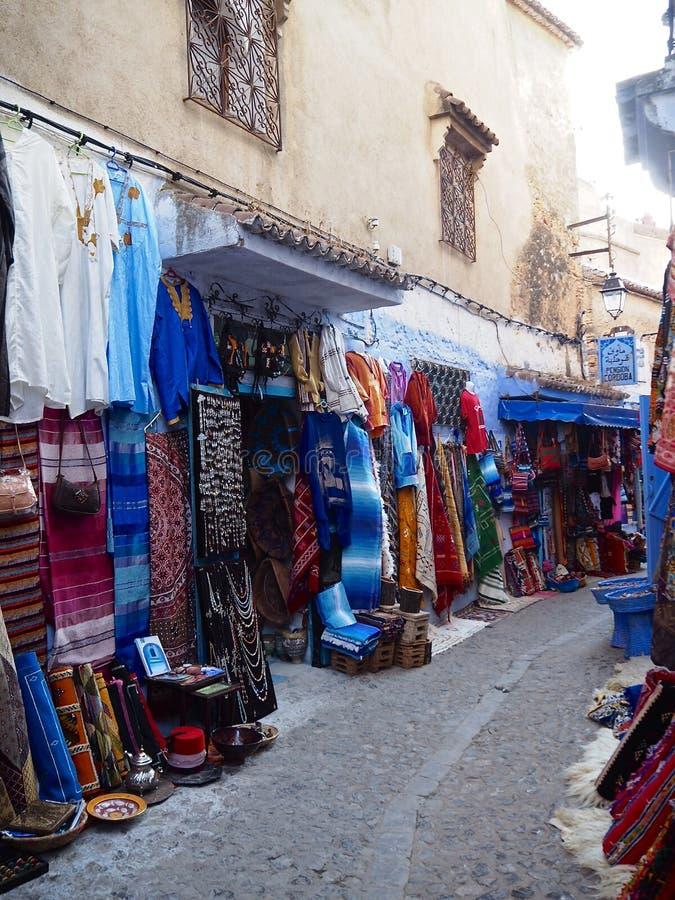 Shops in den Straßen von Chefchaouen lizenzfreies stockfoto