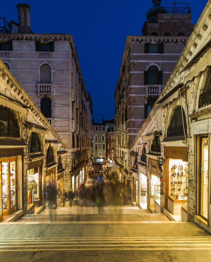 Shops und Leute entlang Rialto-Brücke stockbild