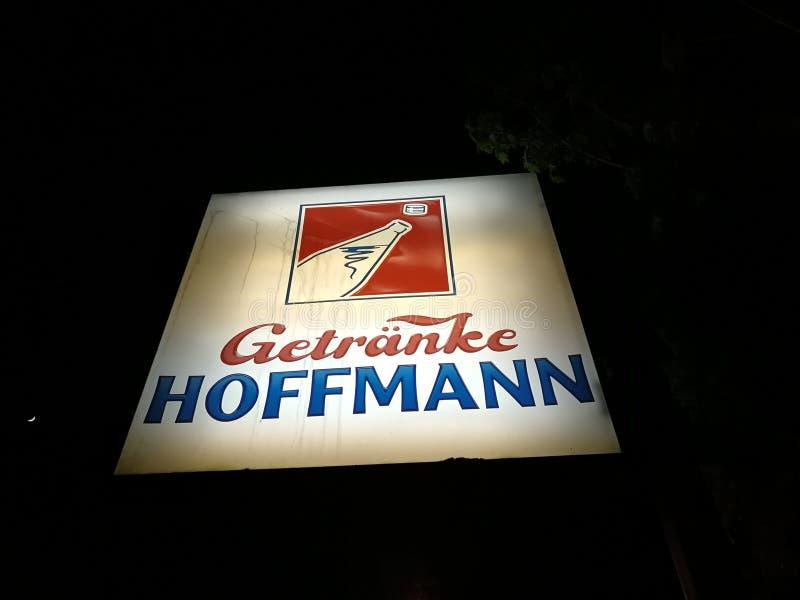 Shopschild Getraenke Hoffmann stockfotos