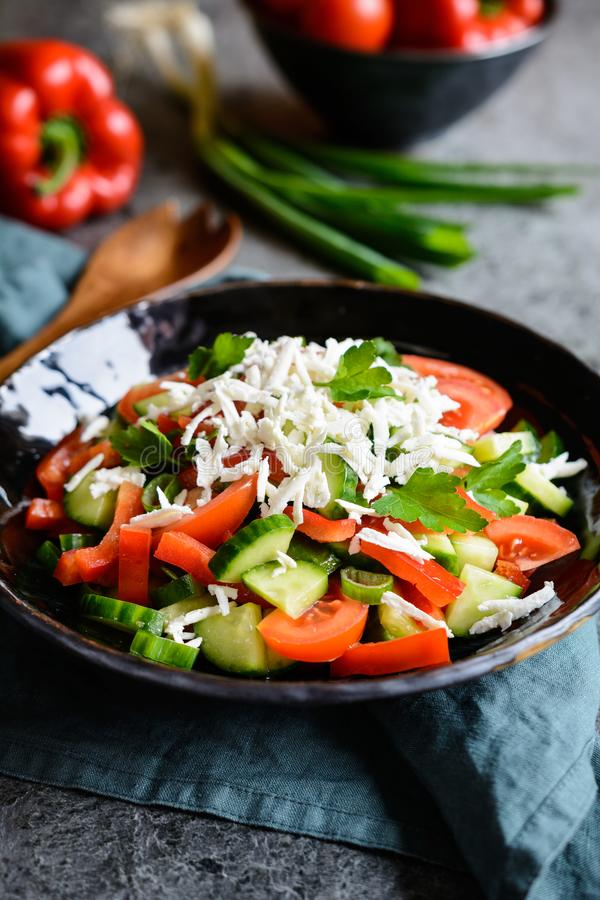 Shopska sałatka - Bułgarska sałatka z pomidorem, ogórkiem, pieprzem, scallion, pietruszką i serem, zdjęcia stock
