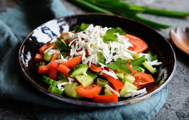 Shopskasalade - Bulgaarse salade met tomaat, komkommer, peper, sjalot, peterselie en kaas stock afbeeldingen