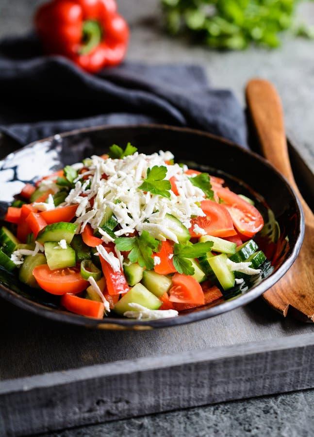 Shopskasalade - Bulgaarse salade met tomaat, komkommer, peper, sjalot, peterselie en kaas royalty-vrije stock foto's