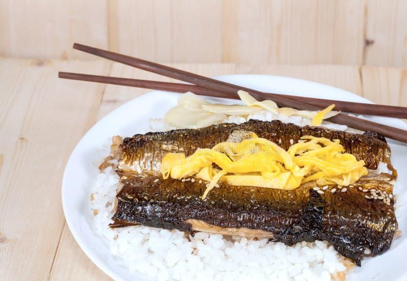 Shopsticks und Fische San-MA gegrillt stockbild
