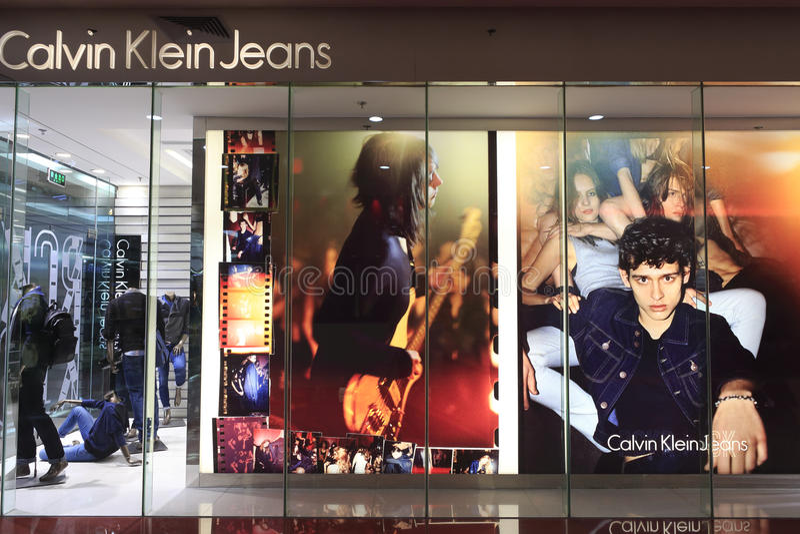 Shopwindow de calças de brim de Calvin Klein fotos de stock
