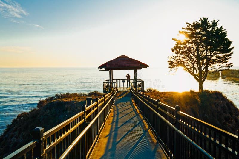 Shore Cliff Gazebo στο ηλιοβασίλεμα, Καλιφόρνια Ακτογραμμή στοκ εικόνες