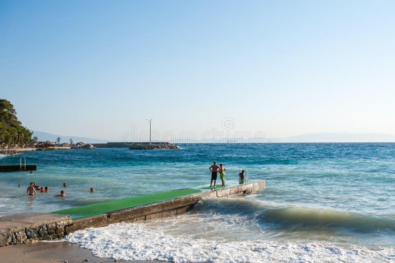 Shorebreak океана в виде спереди Большая красивая зеленая голубая волна брызгая с backwave и готовая для того чтобы сломать вне Б стоковая фотография