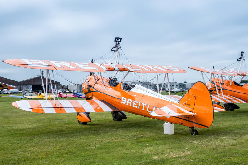 SHOREHAM-BY-SEA VÄSTRA SUSSEX/UK - AUGUSTI 30: Breitling Wingwalk arkivfoton